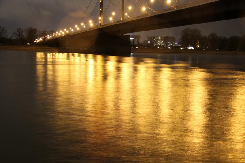 Rhein bei Nacht lange Belichtung
